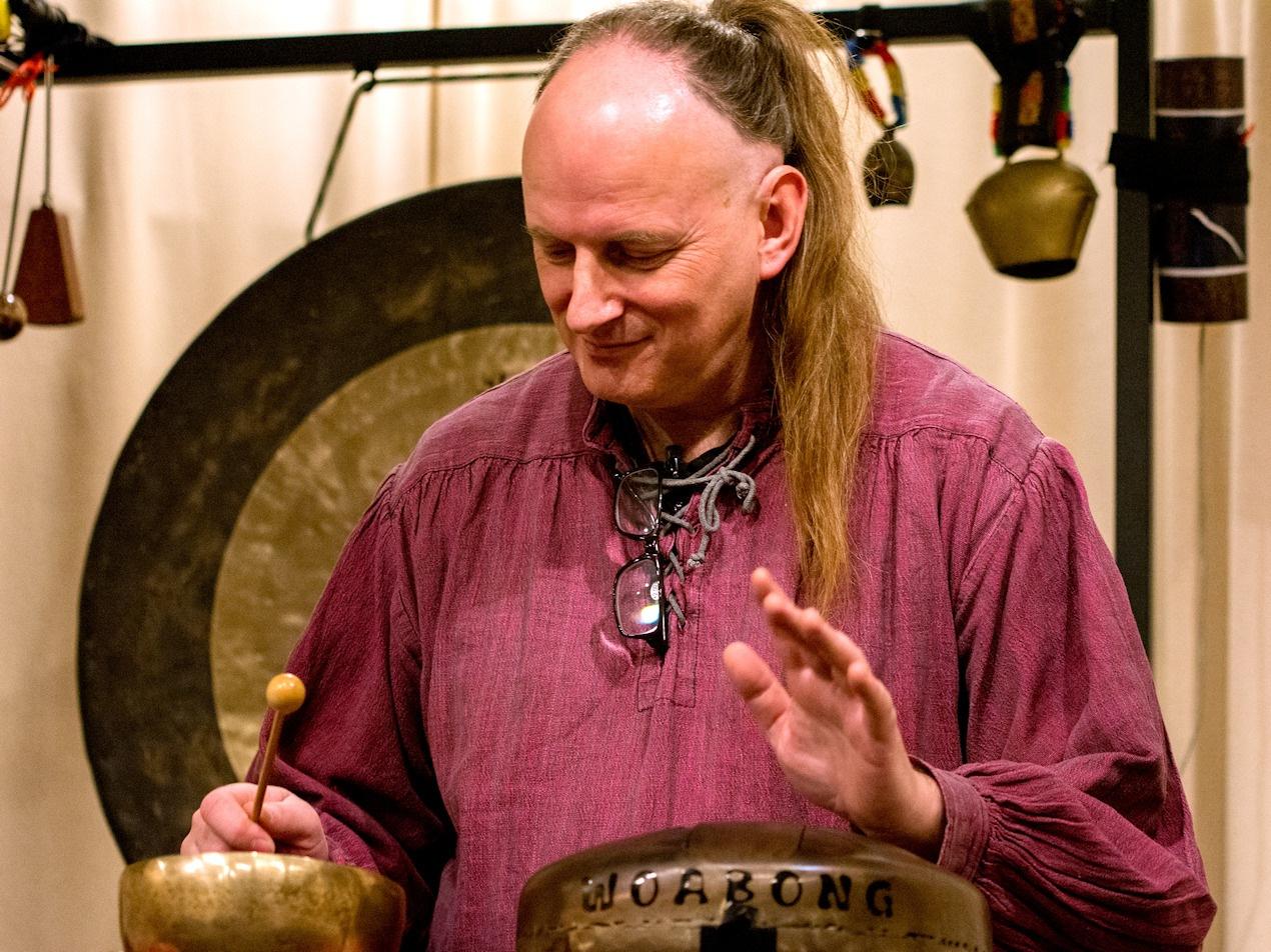 Sven Waida begrüßte mit wunderbaren Klängen Besucher und ErzählerInnen