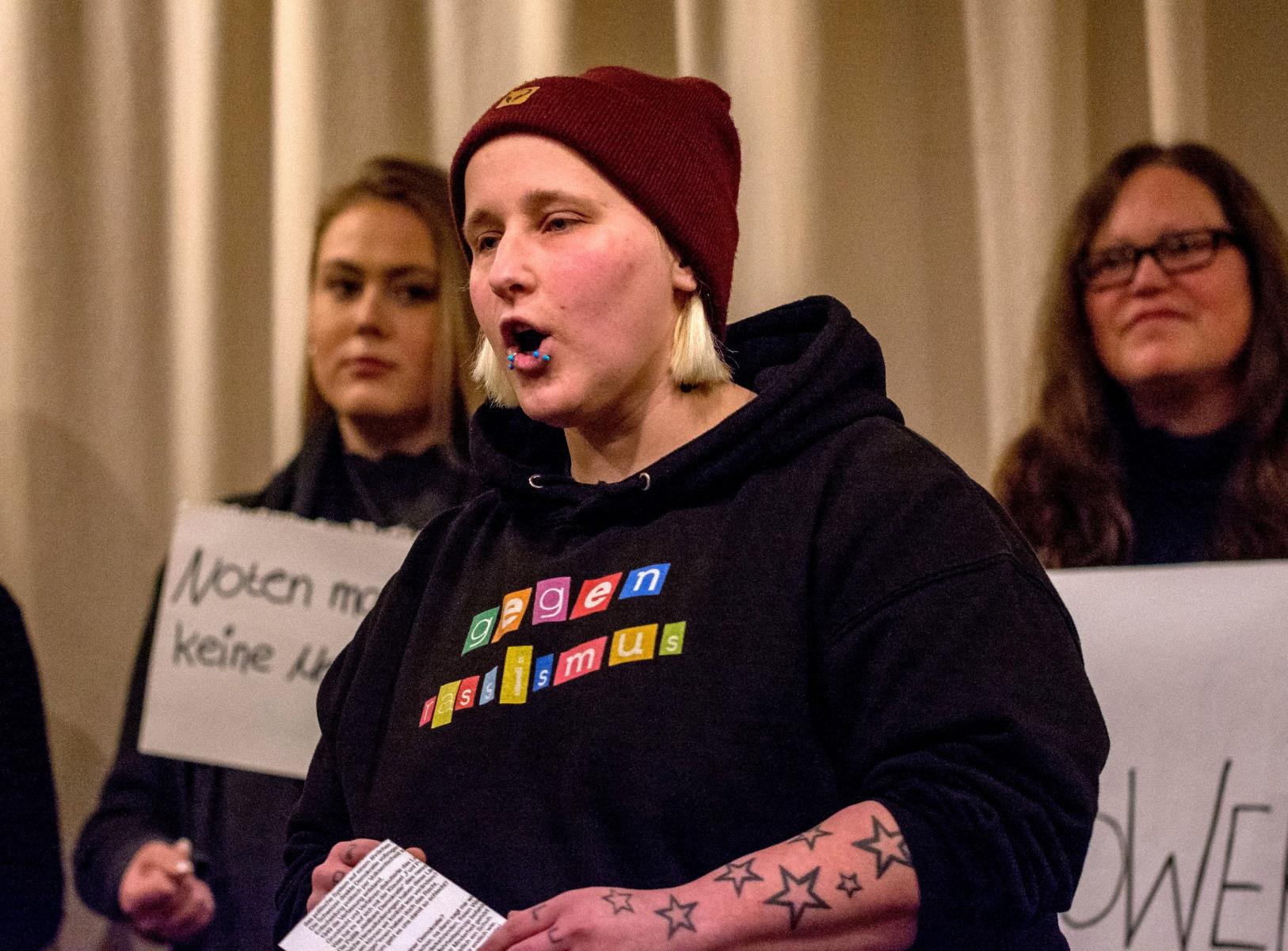 Bianca mit ihren Mitstreiterinnen voll im Einsatz beim Demokratie-Rap