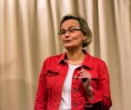 Dorothea Nennewitz erläutert die Vorgehensweise beim Coaching und auch die Vorgeschichte dieses Abends.