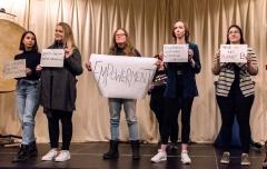 Bianca und ihre Mitschülerinnen - nach dem gelungenen Demokratie-Rap zeigen sie Flagge!