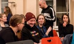 Pausenstimmung zwischen den Auftrtitten - Bianca und Mitschülerinnen im Gespräch.