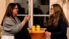 Elisabeth im Gespräch mit einer Schülerin.