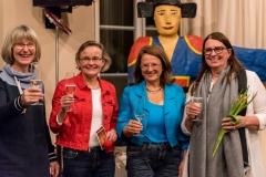 Brigitte Vaupel, Dorothea Nennewitz und Sybilla Pütz von der Erzählwerkstatt stoßen mit Elisabeth Ahrling-Witte von der BBS V an! Verdientermaßen.