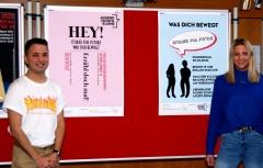 Atay und Louisa aus der FOG18A mit ihren Entwürfen für zwei Plakate