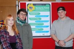 Charlotte, Ruven und Henrick, die das Sonnenblumen-Plakat entworfen haben (Klasse 19C)